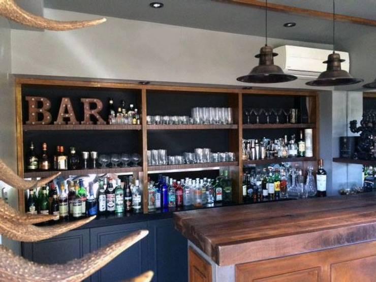Casa con bar: Livings de estilo  por FEF Arquitectas,