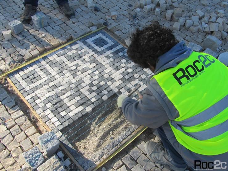 Arranjos Exteriores, passeios e QR code em Calçada Portuguesa: Espaços comerciais  por Roc2c