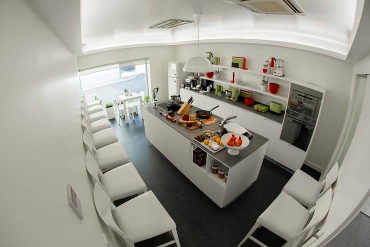Loja (cozinha - workshop): Cozinha  por Krost