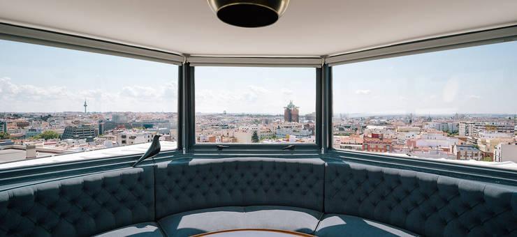 Salas de estilo moderno por ImagenSubliminal