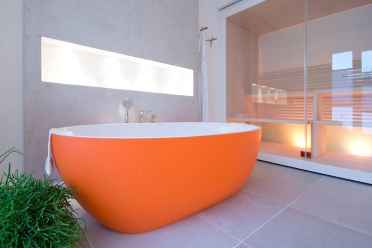 Hauptbad, freistehende Wanne in orange:  Badezimmer von INNEN LEBEN