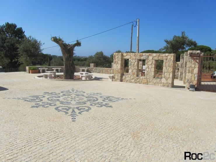 Arranjos Exteriores, Calçada à Portuguesa e Muros em Pedra, Albufeira, Algarve: Terraços  por Roc2c