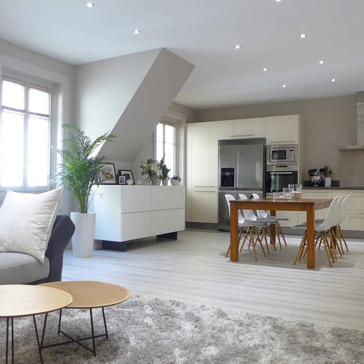 Une pièce à vivre gris perle et bleu pétrole: Salle à manger de style de style Moderne par Skéa Designer