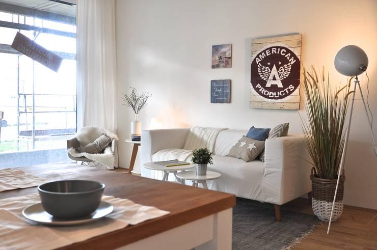 Maritime Musterwohnung:  Wohnzimmer von Karin Armbrust - Home Staging