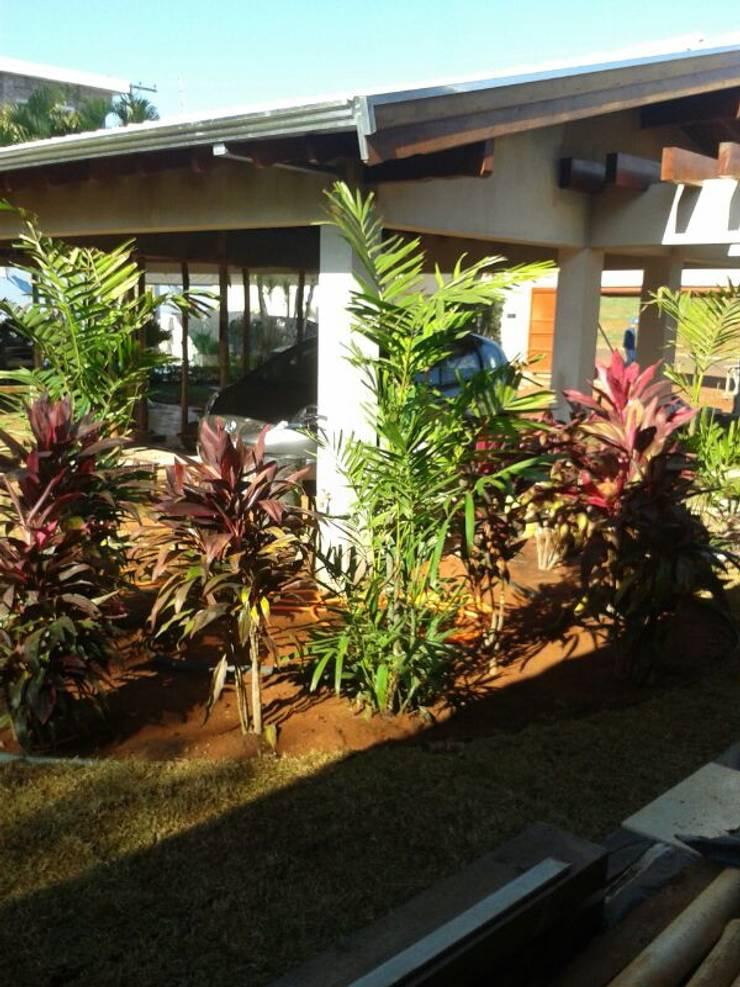 Durante a obra.: Jardins  por Eneida Lima Paisagismo,