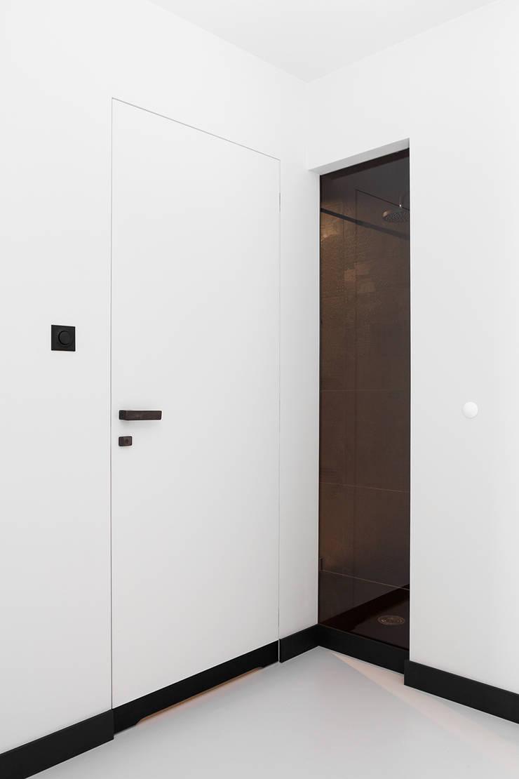 CC /_\ CONCRETE CONCEPT by KASIA ORWAT home design: styl , w kategorii Korytarz, przedpokój zaprojektowany przez WERONIKA TROJANOWSKA photographer