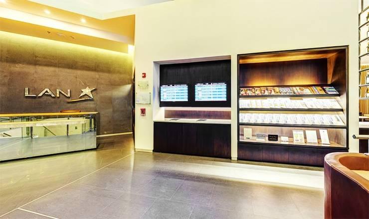 SALA INTERNACIONAL VIP DE LAN / AEROPUERTO EL DORADO / COLOMBIA: Vestíbulos, pasillos y escaleras de estilo  por GRUPO CATA
