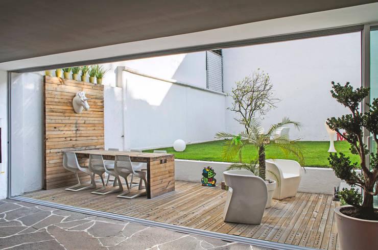 Casa F-51: Terrazas de estilo  por Miguel de la Torre Arquitectos