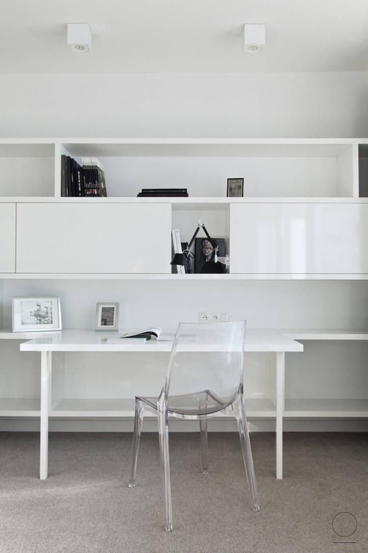 APARTAMET GRZYBOWKSA : styl , w kategorii Domowe biuro i gabinet zaprojektowany przez OIKOI
