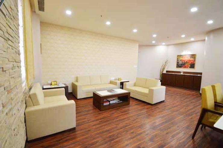 WTC SEA LOUNGE:  Living room by Studio Vibes