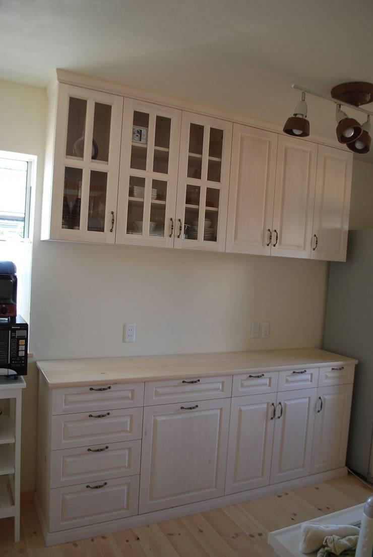 キッチン背面収納: ポプリローカルファニチャーが手掛けたキッチンです。