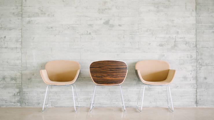 Suri Collection: Sala de estar  por Pedro Gomes Design