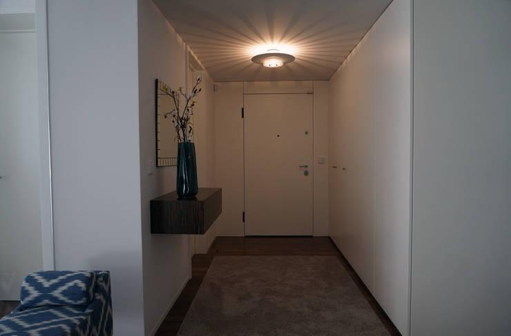 Apartamento Matosinhos Sul: Corredores e halls de entrada  por Kohde