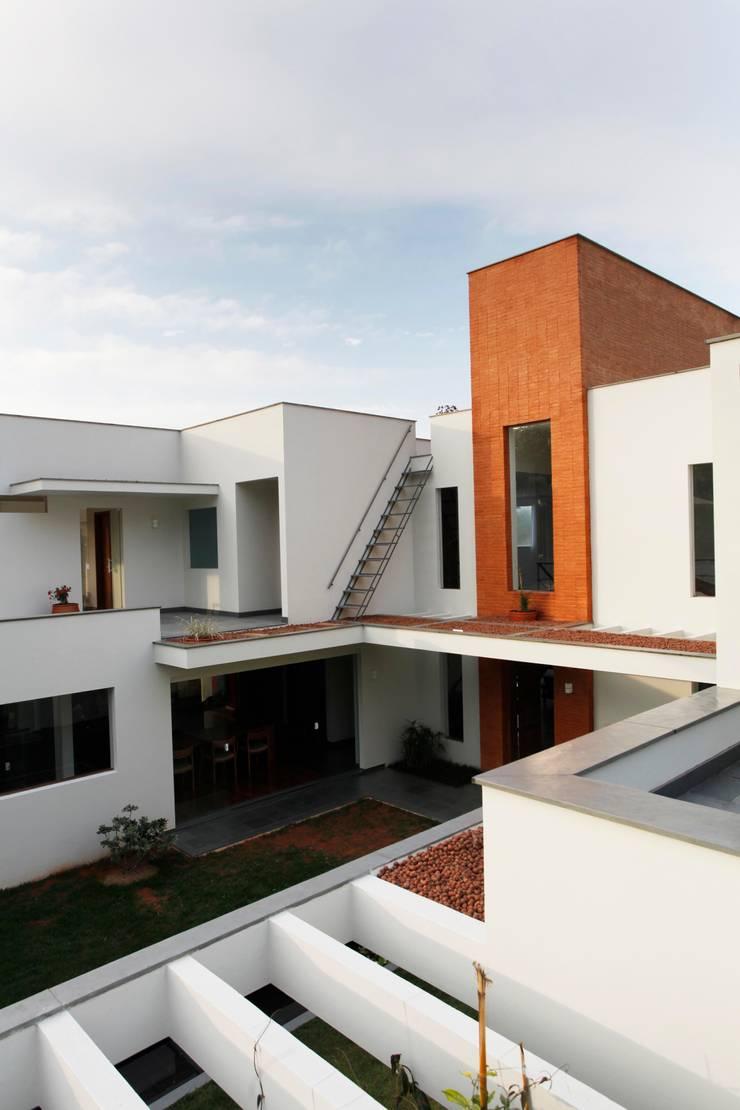 Casa Minas Gerais : Casas  por Carlos Salles Arquitetura e Interiores,