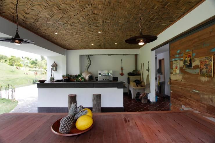 Casa Minas Gerais : Cozinhas modernas por Carlos Salles Arquitetura e Interiores