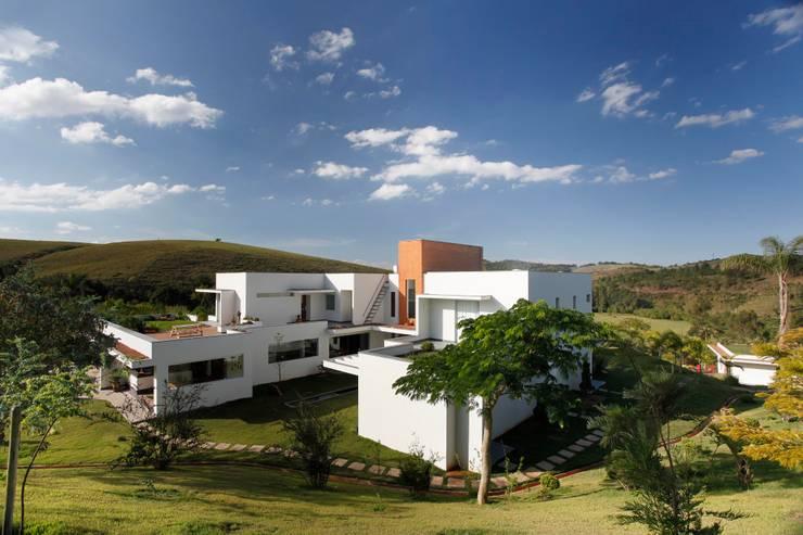 Casa Minas Gerais : Casas modernas por Carlos Salles Arquitetura e Interiores