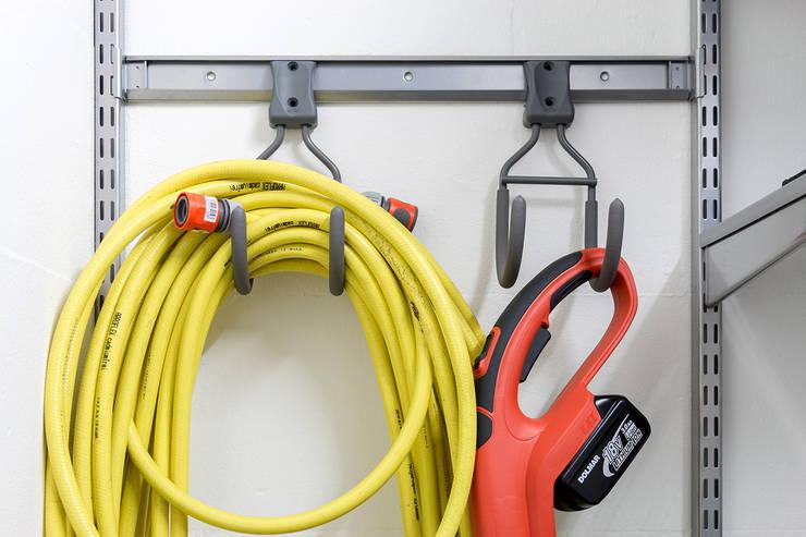 Einbauschrank in der Garage:  Garage & Schuppen von Elfa Deutschland GmbH