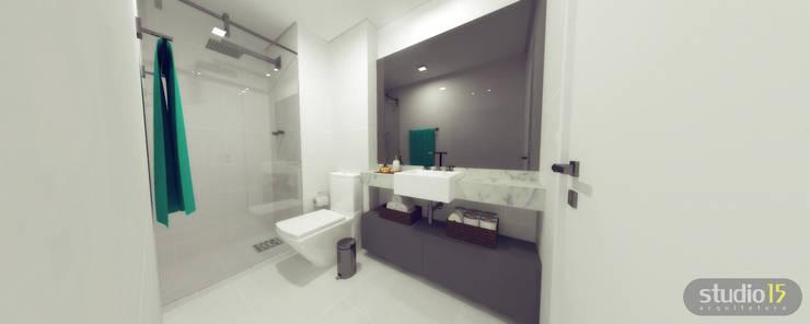 Banho: Banheiro  por Studio 15 Arquitetura,