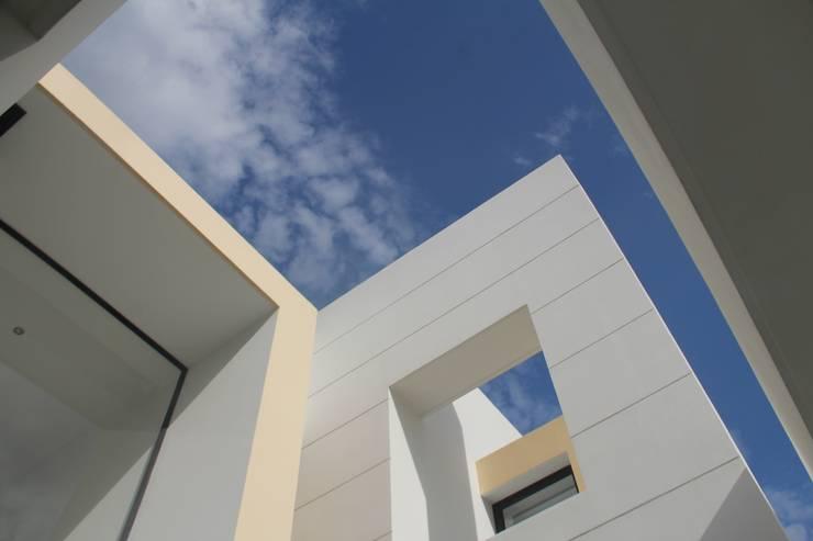 Detalles arquitectonicosfachada principal.: Casas de estilo  por Camilo Pulido Arquitectos