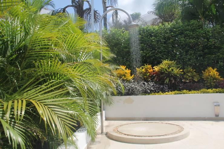 modern Garden by Camilo Pulido Arquitectos