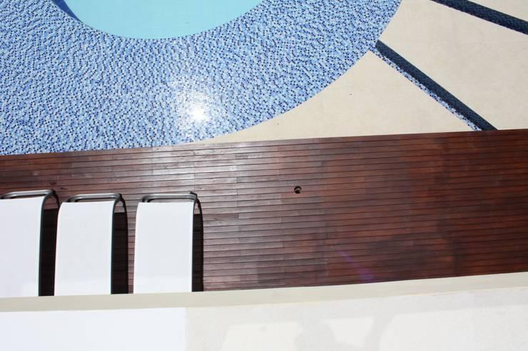 texturas y contrastes en pisos.: Piscinas de estilo  por Camilo Pulido Arquitectos
