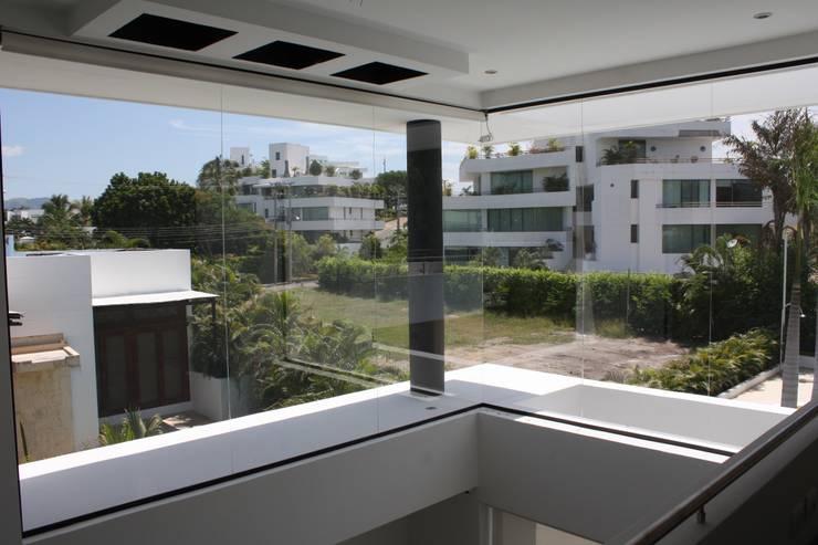 vista desde el segundo piso a doble altura salon.: Casas de estilo  por Camilo Pulido Arquitectos