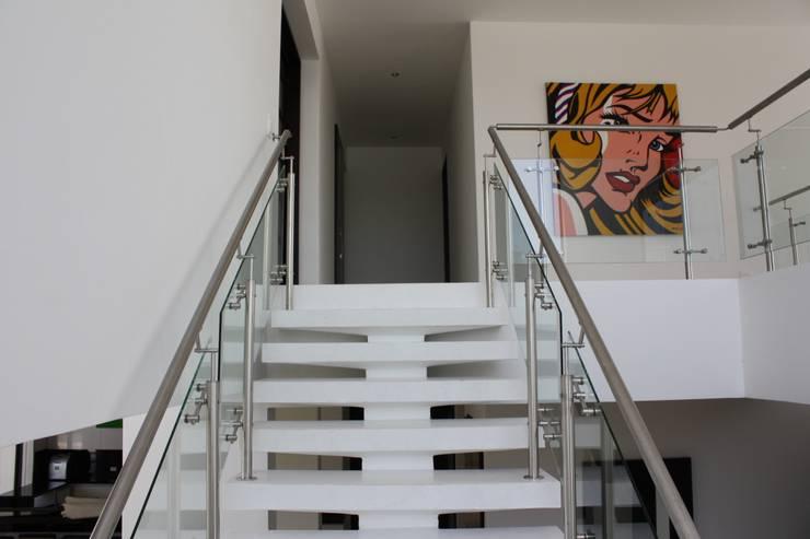 Perspectiva 2 escalera principal.: Casas de estilo  por Camilo Pulido Arquitectos