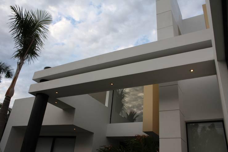 Detalle arquitectonico ubicado en la fachada principal : Casas de estilo  por Camilo Pulido Arquitectos