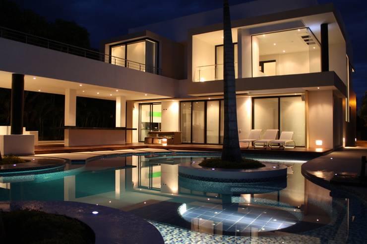 Vista nocturna estar piscina.: Piscinas de estilo  por Camilo Pulido Arquitectos