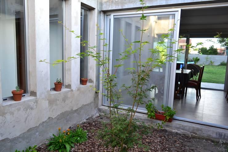 CASA A PATIO : Jardines de estilo  por epb arquitectura,