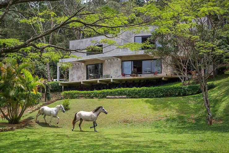 modern Houses by Carlos Salles Arquitetura e Interiores