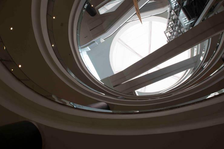 Vía Santa Fe : Paredes de estilo  por Grow Arquitectos