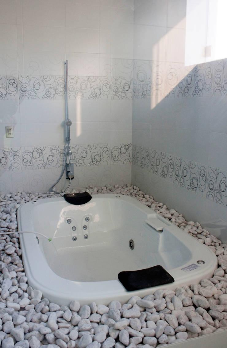 Casa J+S ARQUIMIA ARQUITECTOS: Baños de estilo  por Arquimia Arquitectos