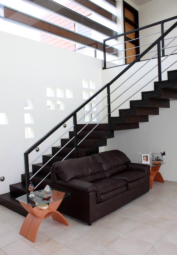 Casa J+S ARQUIMIA ARQUITECTOS: Pasillos y recibidores de estilo  por Arquimia Arquitectos