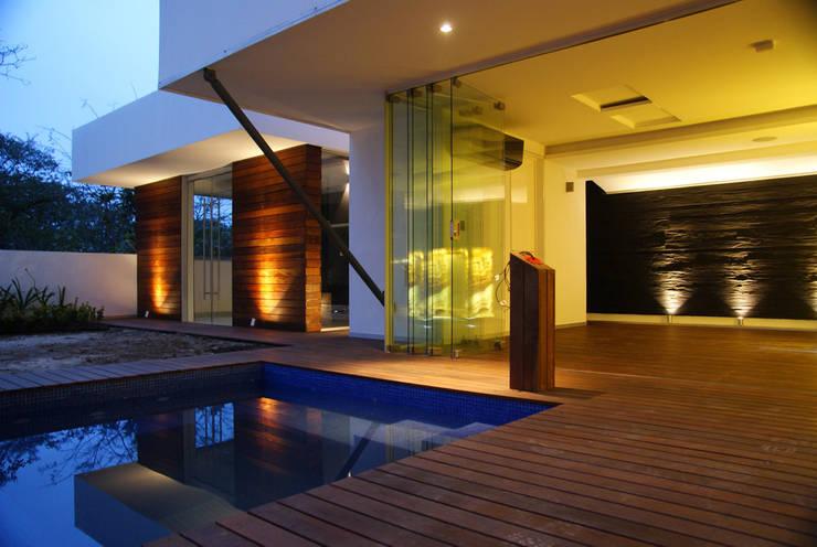 Casa la Reserva: Casas de estilo  por BCA Arch and Interiors
