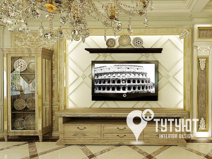 Гостиная для настоящего эстета: Гостиная в . Автор – Interior Design Studio Tut Yut,