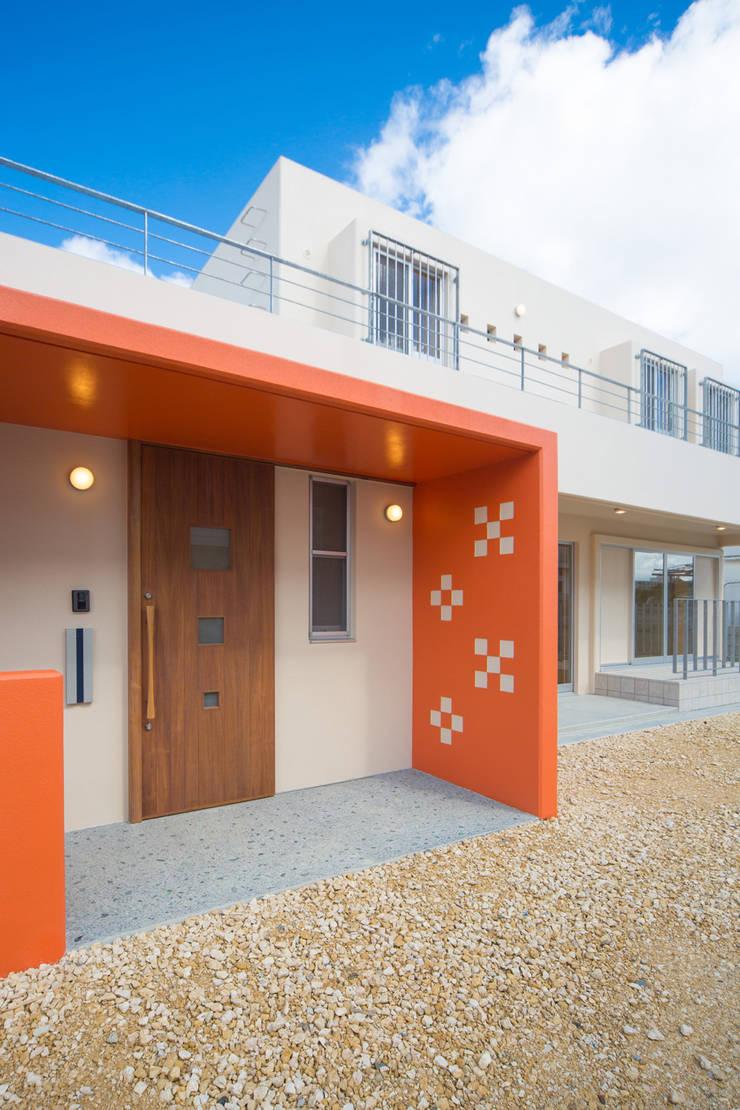 1階ポーチ: プラソ建築設計事務所が手掛けた家です。