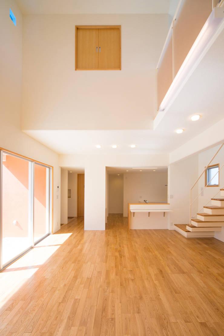 1階広間1: プラソ建築設計事務所が手掛けたリビングです。