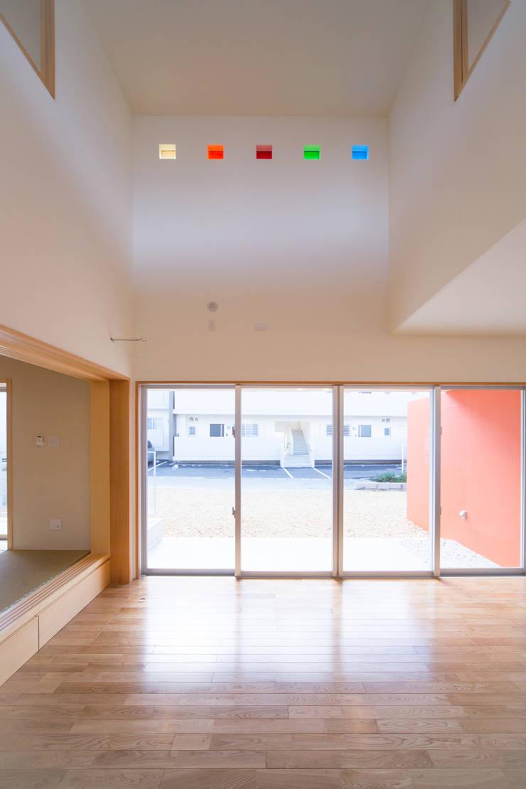 1階広間3: プラソ建築設計事務所が手掛けたリビングです。