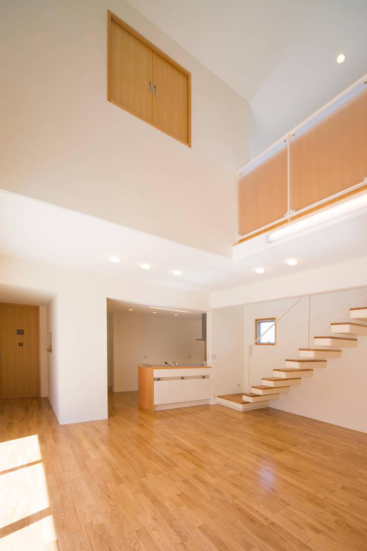 1階広間4: プラソ建築設計事務所が手掛けたリビングです。