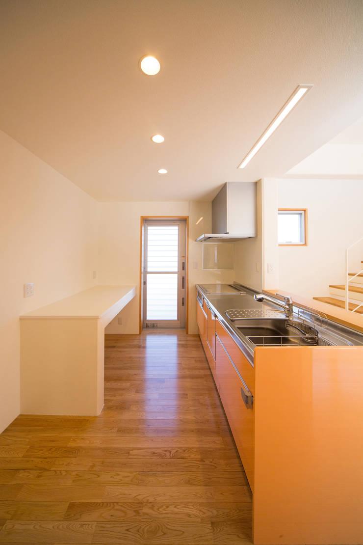 1階台所: プラソ建築設計事務所が手掛けたキッチンです。