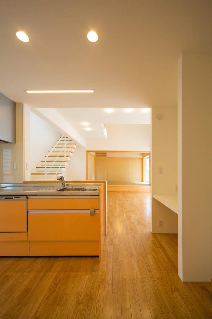 1階台所・広間・和室: プラソ建築設計事務所が手掛けたキッチンです。