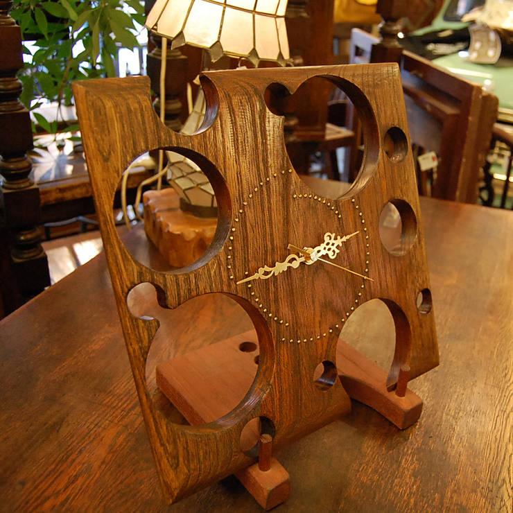 斬新なデザインの時計。: 株式会社アートクルーが手掛けたリビングルームです。