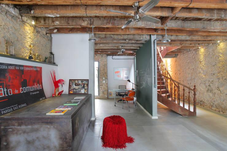 Casa / Ateliê Cênico – Lapa : Escritórios  por Carlos Salles Arquitetura e Interiores,