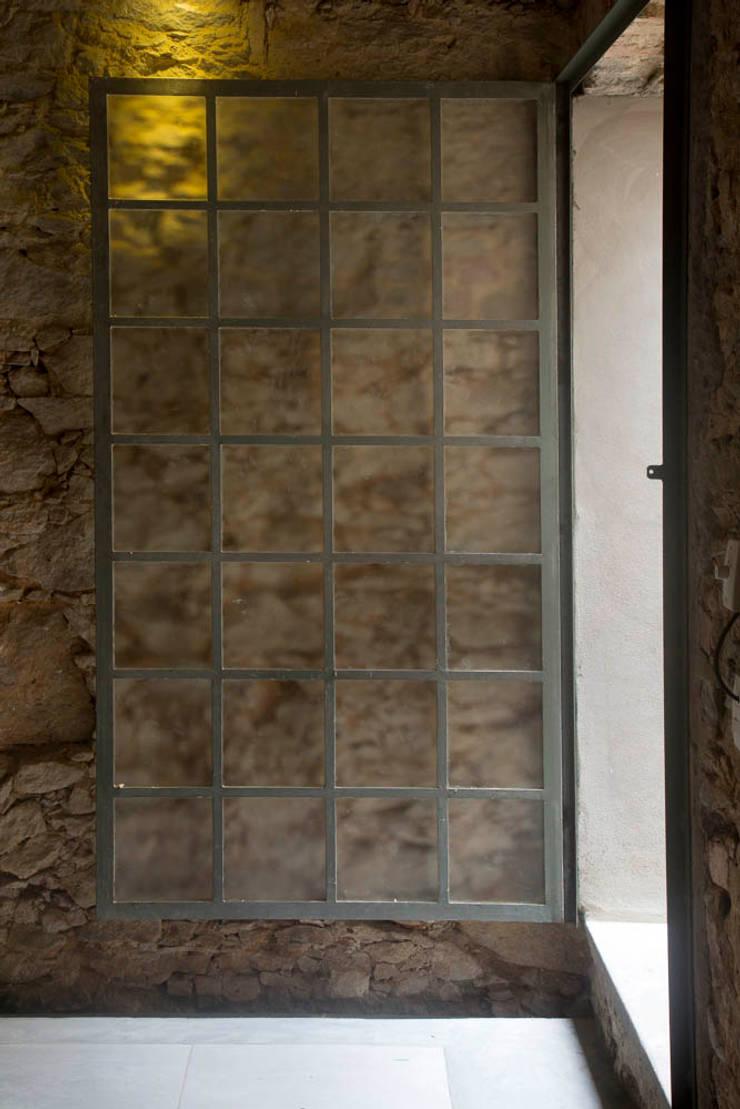 Casa / Ateliê Cênico – Lapa : Janelas   por Carlos Salles Arquitetura e Interiores,