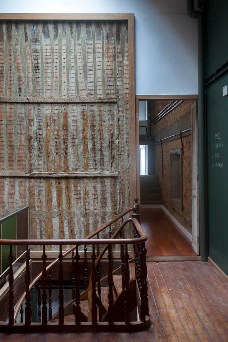 Pasillos y vestíbulos de estilo  de Carlos Salles Arquitetura e Interiores, Ecléctico