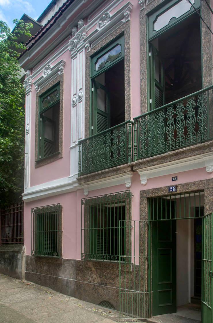 Casa / Ateliê Cênico - Lapa : Casas  por Carlos Salles Arquitetura e Interiores,