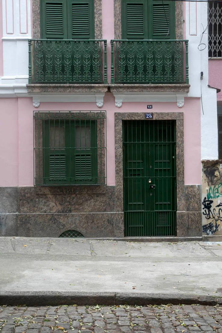 Casa / Ateliê Cênico – Lapa : Casas  por Carlos Salles Arquitetura e Interiores,
