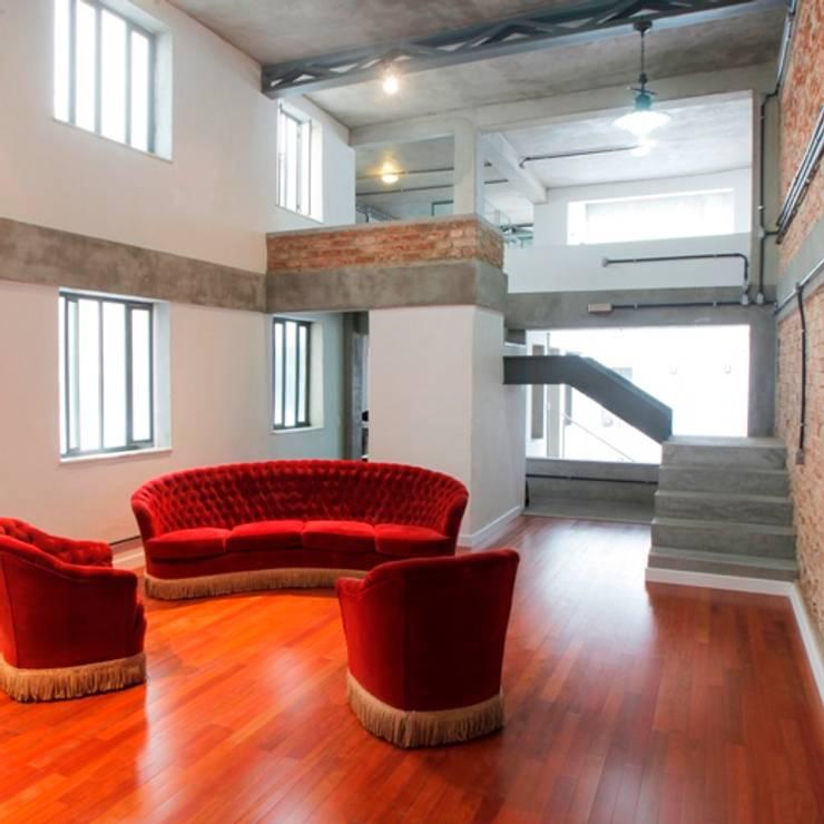 Casa / Ateliê Cênico - Lapa : Salas de estar  por Carlos Salles Arquitetura e Interiores