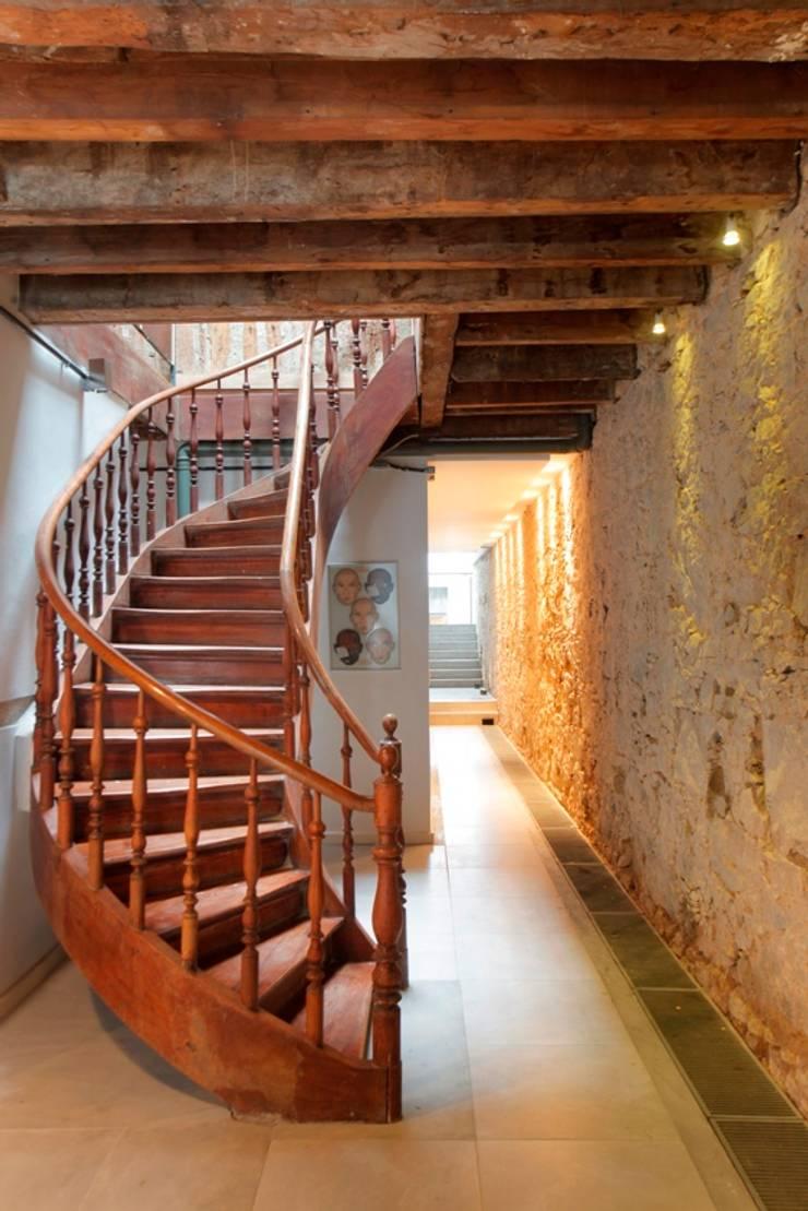 Casa / Ateliê Cênico – Lapa : Corredores e halls de entrada  por Carlos Salles Arquitetura e Interiores,